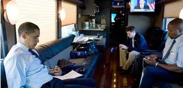 """美国总统奥巴马有2辆""""超级巴士""""是美国特勤局专门为总统长途旅行打造的,因为不是每个地方都有机场,如果路途比较遥远、乘坐凯迪拉克会很疲惫,这也是""""超级巴士""""存在的最大价值,和总统的凯迪拉克野兽一样,要绝对安全,这2辆装甲巴士,是美国特勤局定制的,每辆成本是110万美元,共计220万美元,不包含里面的电子设备!这辆防弹装甲巴士和普通的巴士都有哪些特别之处?  首先这辆车稀有,因为是""""定制车""""全球只有2辆,原型车为普雷沃斯特h3-45VI"""